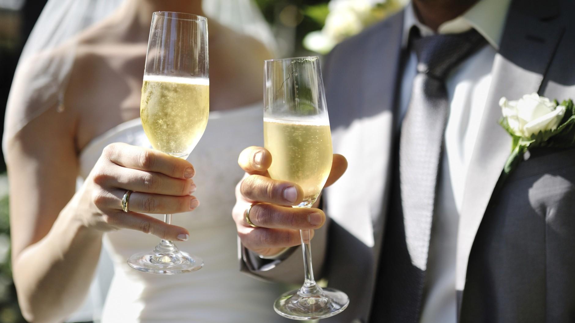 свадьба фото с бокалами природный камень